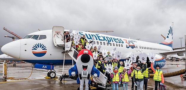 Fluggis fliegendes Klassenzimmer: Drittklässler gewinnen Tag am Frankfurter Flughafen