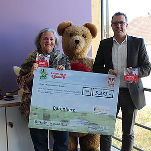 Trifels Verlag übergibt Scheck in Höhe von 3.333 Euro an die Bärenherz Stiftung