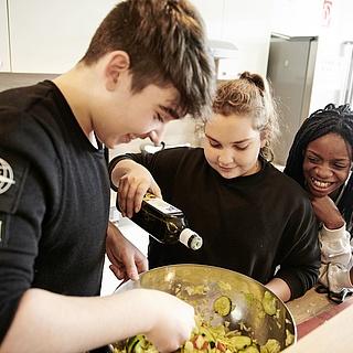bofrost* unterstützt Jugendclub in Unterliederbach bei ausgewogener Ernährung