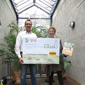 3.333 Euro für das Frankfurter Kinderbüro – Trifels Verlag übergibt Spendenscheck