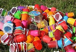 Für die Tonne zu schade – dekorativer Blumenschmuck aus Müll