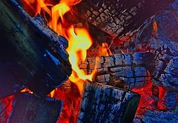 Holz, Funke und Flamme