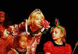 Kinder spielen Theater für Kinder: Brüderchen und Schwesterchen